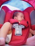 Nowonarodzony dziecko siedzi w samochodowym siedzeniu dla bezpieczeństwa Zdjęcia Stock