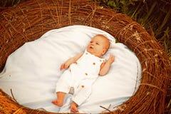 Nowonarodzony dziecko w ściąga Nowonarodzony dziecko obudzony Mała dziewczyna lub mała chłopiec na opiece dziennej Swaddling pomo obrazy stock
