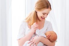 Nowonarodzony dziecko w czułym uścisku matka Zdjęcia Royalty Free