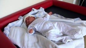 Nowonarodzony dziecko w doręczeniowym pokoju zdjęcie wideo