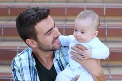 Nowonarodzony dziecko z jego ojcem głębokość pola płytki obrazy stock