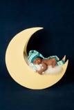 Nowonarodzony dziewczynki dosypianie na księżyc Fotografia Royalty Free
