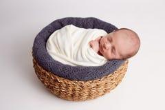 Nowonarodzony dziewczynki dosypianie w drewnianym koszu Nowonarodzona fotografia zdjęcie royalty free