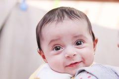 Nowonarodzony dziewczyny ono uśmiecha się obraz stock