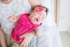Nowonarodzony płacz podczas gdy macierzysty mienie w sypialni zdjęcie royalty free