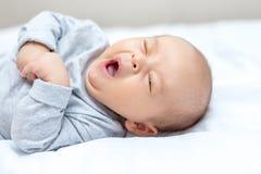 Nowonarodzony ziewa i chce spać zdjęcia stock