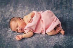 noworodek dziewczynki spać Obrazy Royalty Free