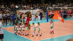 10 14 Nowosibirsk 2017, der Volleyball teams Match Kind-` s Stützungskonsortium auf dem Spielfeld im Volleyball, tanzend stock video footage