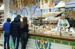 Nowosibirsk 12-20-2018 Käufer am Fenster des Gemischtwarenladens stockbild
