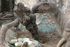 NOWOSIBIRSK, RUSSLAND - 16. APRIL: Realistisches Modell des Dinosauriers bei Dinopark im Zoo am 16. April 2016 Nowosibirsk Lizenzfreie Stockfotos