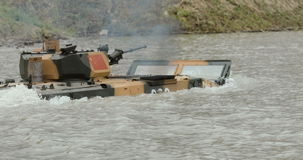 NOWOSIBIRSK RUSSLAND - 08 08 2017: Infanteriekampffahrzeug auf dem batlefield, Kreuze der Fluss Militär gepanzert stock video footage