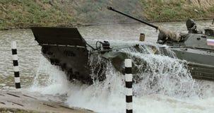 NOWOSIBIRSK RUSSLAND - 08 08 2017: Infanteriekampffahrzeug auf dem batlefield, Kreuze der Fluss Militär gepanzert stock footage