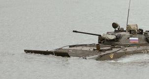 NOWOSIBIRSK RUSSLAND - 08 08 2017: Infanteriekampffahrzeug auf dem batlefield, Kreuze der Fluss Militär gepanzert stock video