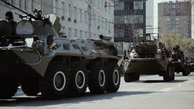 NOWOSIBIRSK, RUSSLAND - 9. MAI 2019, Militärmaschinerie 2019, die durch rote Alleenstraße während Victory Day-Parade sich bewegt stock video