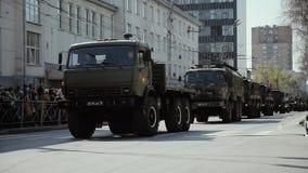 NOWOSIBIRSK, RUSSLAND - 9. MAI 2019, Militärmaschinerie 2019, die durch rote Alleenstraße während Victory Day-Parade sich bewegt stock video footage