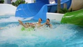 NOWOSIBIRSK, RUSSLAND - November 02,2017: Die Familie entspannt sich und hat Spaß im Wasser Park auf den Fahrten stock video footage