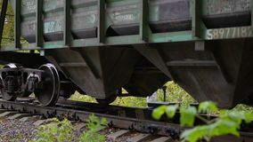 NOWOSIBIRSK, RUSSLAND - 13. Oktober 2017: Das sich fortbewegende Überschreiten auf die Eisenbahn Hochgeschwindigkeitszug auf dem  stock video footage
