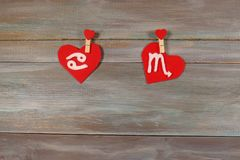 Nowotwór i skorpion znaki zodiak i serce drewniany backg zdjęcie royalty free