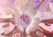 Nowotwór piersi świadomości tekst z nowotwór piersi świadomości kobietami stawia ręki wpólnie Zdjęcia Royalty Free