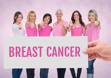 Nowotwór piersi ręki i teksta mienia karta z różowymi nowotwór piersi świadomości kobietami Obraz Royalty Free