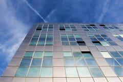 Nowożytna kruszcowa architektura przeciw niebieskiemu niebu Obrazy Royalty Free