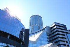 Nowożytni budynki pod niebieskim niebem Zdjęcia Royalty Free