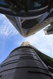 Nowożytny drapacza chmur budynek przeciw niebieskiemu niebu Zdjęcia Royalty Free