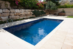 Nowożytny podwórko z pływackim basenem Obraz Stock