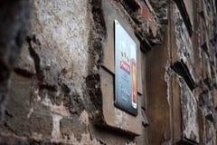 Nowy świadectwo znak na ścianie bardzo stary budynek zdjęcie royalty free