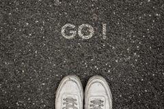 Nowy życia pojęcie, Motywacyjny slogan z słowem IŚĆ! z powodu asfaltu zdjęcie stock