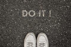 Nowy życia pojęcie, Motywacyjny slogan z słowem ROBI IT! z powodu asfaltu zdjęcie stock