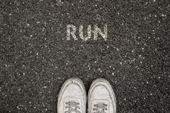 Nowy życia pojęcie, Motywacyjny slogan z słowo bieg z powodu asfaltu obraz stock