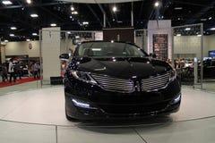 Nowy amerykański sedan przy auto przedstawieniem Obraz Royalty Free