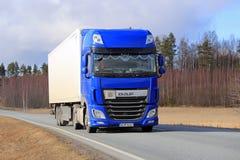 Nowy błękit DAF XF na drodze Zdjęcia Stock