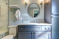 Nowy błękitny łazienka projekt z Marmurową prysznic obwódką zdjęcie stock