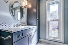 Nowy błękitny łazienka projekt z mozaika akcentu płytkami zdjęcie stock