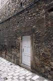 Nowy biały drzwi na starej rujnującej ścianie obraz royalty free