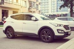 Nowy biały Hyundai Santa Fe parkujący na ulicie Fotografia Stock