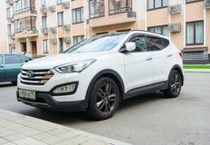 Nowy biały Hyundai Santa Fe parkujący na ulicie blisko domu Zdjęcia Royalty Free