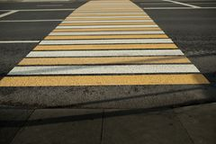 Nowy biały i żółty zwyczajny bacground w mieście Fotografia Stock