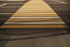 Nowy biały i żółty zwyczajny bacground w mieście Zdjęcie Stock