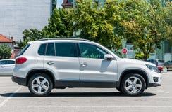 Nowy biały luksusowy VW Volkswagen Tiguan 4x4 2 (0) TDI SUV samochodów parkujących na parking w mieście Obraz Stock