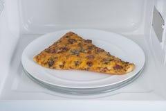 Nowy biały mikrofala piekarnik na błękitnej drewnianej powierzchni dla ogrzewać, Zdjęcia Royalty Free