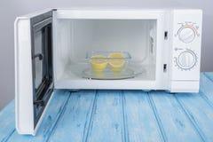 Nowy biały mikrofala piekarnik na błękitnej drewnianej powierzchni dla ogrzewać, Zdjęcie Royalty Free