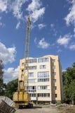 Nowy budynek, budowa żuraw i niebieskie niebo, Obraz Stock