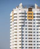 Nowy budynek nad błękita jasnego bezchmurnym niebem Fotografia Royalty Free