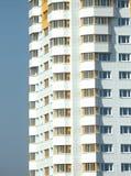 Nowy budynek nad błękita jasnego bezchmurnym niebem Fotografia Stock