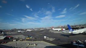 Nowy - bydło, usa - Czerwiec 16, 2018: Newark swobody lotnisko międzynarodowe EWR, widok od AirTrain Jednoszynowego zbiory