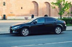 Nowy czarny Mazda 6 Atenza parkujący na ulicie antyczny stary rosyjski grodzki Smolensk Obraz Stock