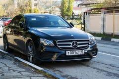 Nowy czarny Mercedez Benz parkujący na ulicie Obraz Royalty Free